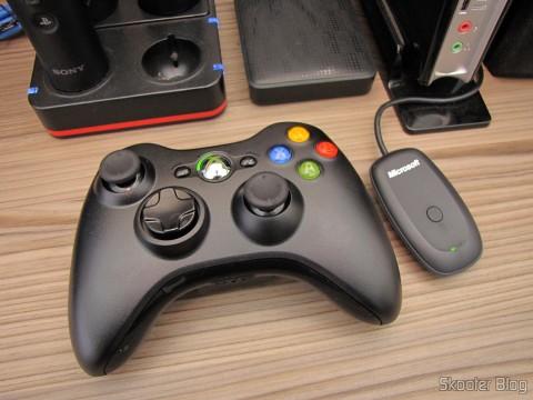 Controlador sem Fio de XBox 360 para Windows com Receptor Novo e Lacrado (Brand New & Factory Sealed Xbox 360 Wireless Controller For Windows Black) ao lado do receptor USB
