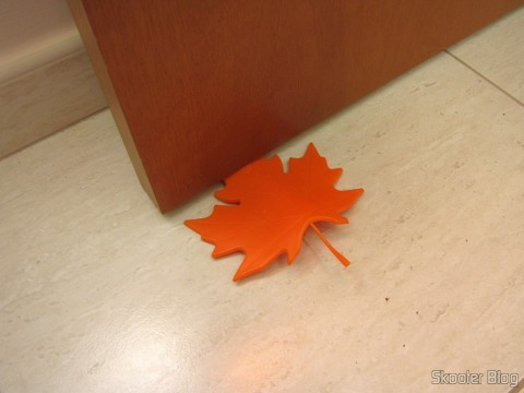 Para-Porta Estilo Folha de Maple Laranja (Maple Leaf Style Door Stopper Guard – Orange), em funcionamento