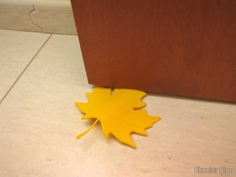Para-Porta Estilo Folha de Maple Amarelo (Fashion Maple Leaf Style Door Stopper Guard – Random Color), em utilização