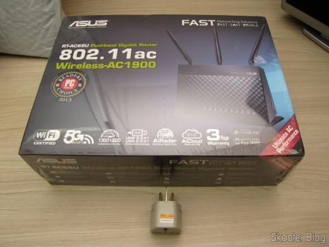 Roteador ASUS RT-AC68U Dual Band Gigabit Router 802.11ac Wireless-AC1900 em sua embalagem, junto com o adaptador de brinde