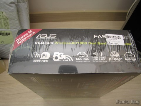 Router ASUS RT-AC68U Dual Band Gigabit Router 802.11ac Wireless-AC1900 in its packaging