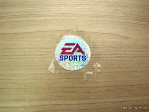 Selinho holográfico da Electronic Arts no plástico que embala o Fifa 14 (PS4) (US)