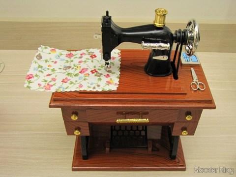 Mini Caixa Musical Mecânica Estilo Máquina de Costura Antiga (Vintage Mini Sewing Machine Style Mechanical Music Box), em sua embalagem
