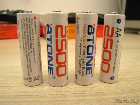 As 4 Pilhas Recarregáveis AA NiMH 1.2V 2500mAh Baixa Auto-Descarga BTONE (Rechargeable 1.2V 2500mAh AA Ni-MH Low Self Discharge / LSD Batteries (4-Piece Pack))