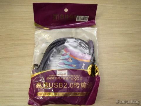 Um dos Cabos de Carga e Dados USB macho para Micro USB macho Millionwell 01.0363 com 3 metros (Millionwell 01.0363 USB Male to Micro USB Male Data / Charging Cable - Purple (3m)), em sua embalagem