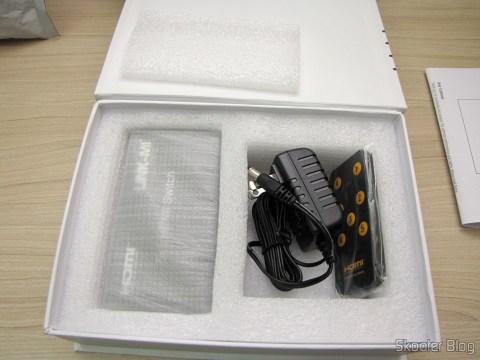 Tirando o Switch HDMI c/ Controle Remoto LINK-MI LM-SW04 1080p 3D 5 entradas p/ 1 saída (LINK-MI LM-SW04 1080P 3D 5 in 1 out HDMI Switch w/ Remote Control - Black) da embalagem