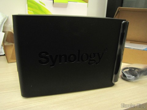 Parte lateral do Synology America DiskStation 2-Bay Diskless Network Attached Storage (DS214play)