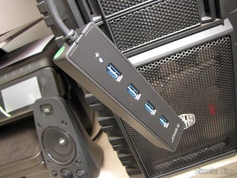 Hub USB 3.0 com 4 portas ORICO W8PH4-U3 (ORICO W8PH4-U3 4-HUB USB 3.0 Hub - Black) em funcionamento