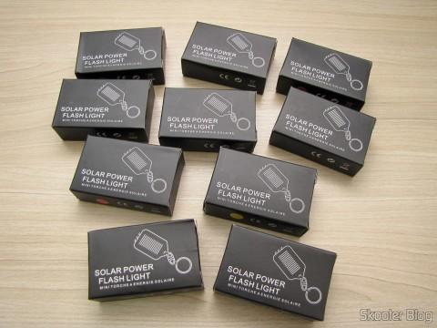 Os 10 Chaveiros com Mini-Lanterna com 3 LEDs Recarregável com Luz Solar em suas embalagens