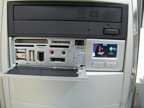 "Painel Frontal Multifuncional Akasa AK-ALL-02SL All-in-One 2 para baias de 5.25"" Prata instalado"