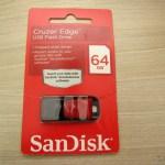 SanDisk Cruzer Edge 64 GB USB Flash Drive, em sua embalagem