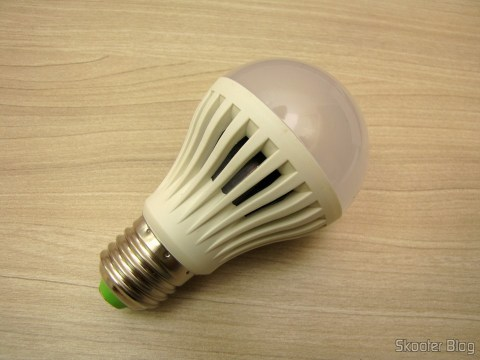 Uma das lâmpadas do 5-Pack E27 A60 10W 25x2835SMD 980LM 6500K Cool White Light LED Globe Bulb (85-265V)