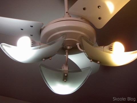 Duxlite A60 E27 12.5W (=Incan 100W) COB CRI>80 1260LM 6000K Cool White Light LED Globe Bulb (AC 85-265V) à esquerda e uma das lâmpadas do 5-Pack E27 A60 10W 25x2835SMD 980LM 6500K Cool White Light LED Globe Bulb (85-265V) à direita