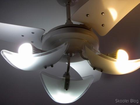Duxlite 12.5W A60 E27 (= Incan 100W) COB CRI>80 1260LM 6000K Cool White Light LED Globe Bulb (AC 85-265V) à esquerda e uma das lâmpadas do 5-Pack E27 A60 10W 25x2835SMD 980LM 6500K Cool White Light LED Globe Bulb (85-265In) right
