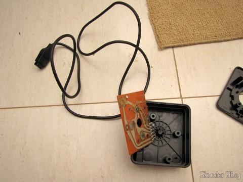O joystick por dentro, com a placa com alguns reparos domésticos