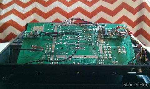 O Atari VCS/2600 por dentro, com os mods de S-Video, Vídeo Composto, Áudio Estéreo e Pausa