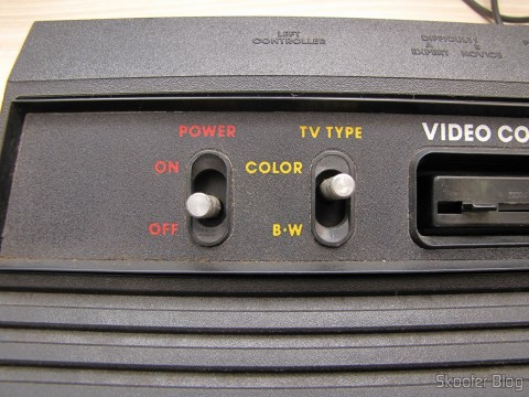 Detalhe das chaves Power e TV Type do Atari 2600 da Polyvox