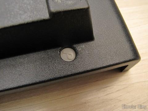 Lacre de fábrica da Polyvox nos parafusos do console