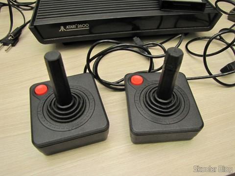 Joysticks que acompanham o Atari 2600