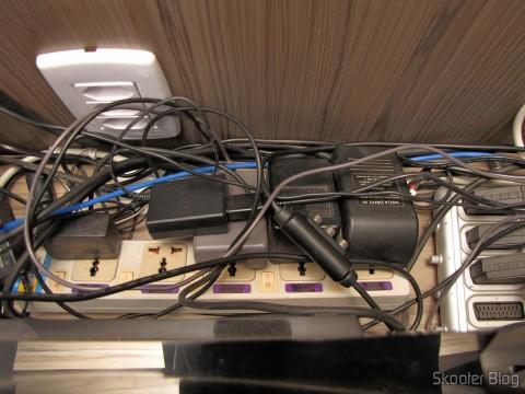 O filtro chinês com tomadas universais e interruptores individuais, onde são ligadas as fontes dos consoles antigos