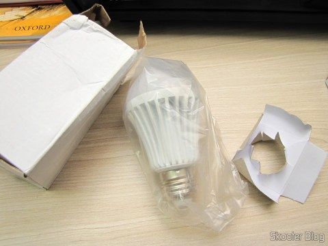 One of Desembando 3 White bulb lamps with 9 LEDs 630lm 6500K 9W E27 100~240V AC (E27 9W 6500K 630lm 9-LED White Light Bulb (AC 100 ~ 240V))