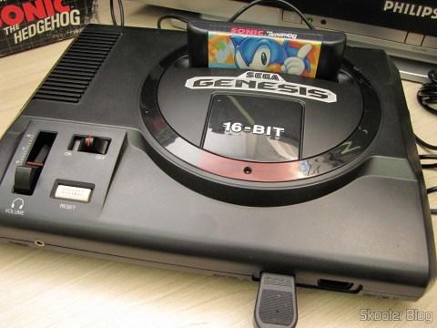 Sega Genesis com cartucho Sonic The Hedgehog, tudo pronto para jogar