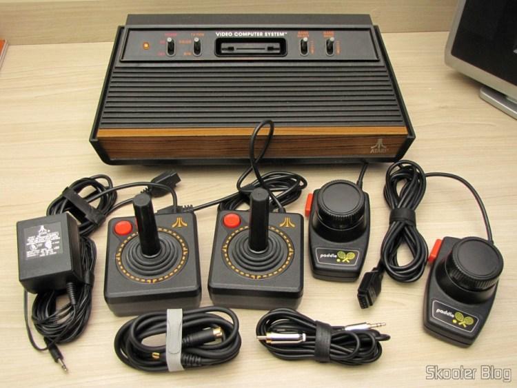 O Atari VCS/2600 com os mods de S-Video, Vídeo Composto, Áudio Estéreo e Pausa e seus acessórios