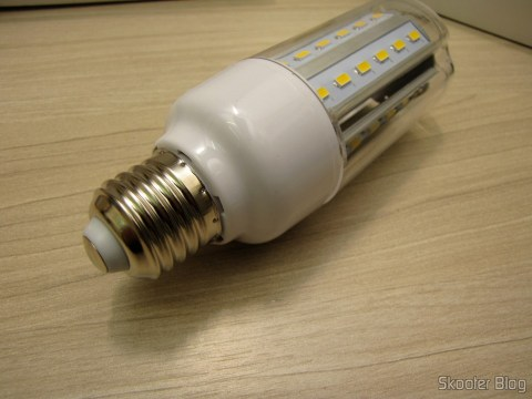 One of the LED bulbs 10W SMD 6500 k White 42x5630 XYT 1000 Lumens E27 85 ~ 265V AC (XYT E27 10W 1000lm 6500K 42-5630 SMD LED White Light Lamp - White (AC 85 ~ 265V))