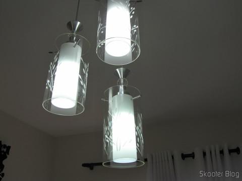 Uma das Lâmpadas LED XYT 10W SMD 42x5630 Brancas 6500K 1000 lúmens E27 85~265V AC (XYT 10W E27 1000lm 6500K 42-5630 SMD LED White Light Lamp - White (AC 85~265V)) instaladas junto com duas lâmpadas CFL de 20W. Você consegue identificar qual é a da LED?