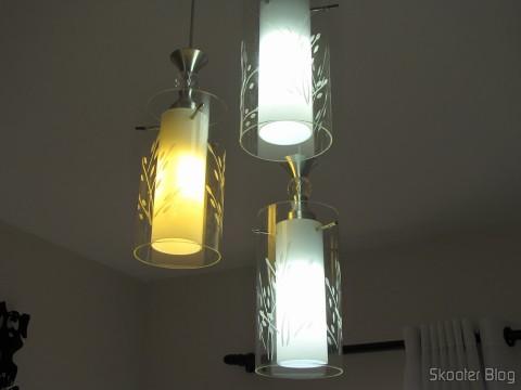 As 3 Lâmpadas LED XYT 10W SMD 42x5630 Brancas 6500K 1000 lúmens E27 85~265V AC (XYT 10W E27 1000lm 6500K 42-5630 SMD LED White Light Lamp - White (AC 85~265V)) em funcionamento, evidenciando que a DX errou e enviou uma amarela
