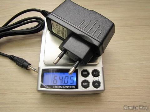 Aferindo o peso da Fonte de Alimentação para Atari 2600 com plug no novo padrão brasileiro,