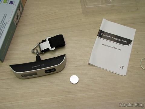 Balança Digital de Bagagem com LCD 1.4″ 50Kg/50g (1.4″ LCD Digital Luggage Scale – 50kg/50g (1 x CR2032)) com bateria e manual de instruções