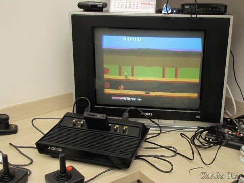 Atari 2600 utilizando o US Universal Deluxe Cable Ready TV Switchbox