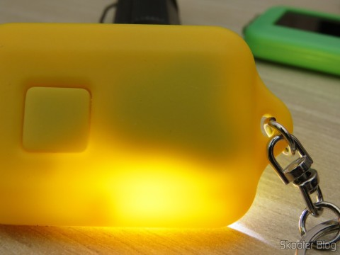 Verificando as baterias dos 10 Chaveiros com Mini-Lanterna com 3 LEDs Recarregável com Luz Solar, com ajuda de uma lanterna