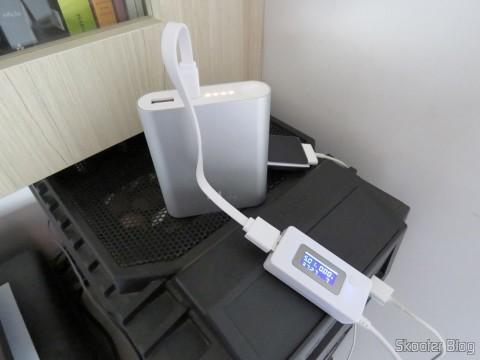XIAOMI Genuine 10400mAh USB Mobile Power Source Bank w/ 4-LED Indicators - Silver + White sendo carregado