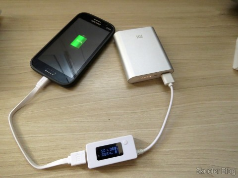 XIAOMI Genuine 10400mAh USB Mobile Power Source Bank w/ 4-LED Indicators - Silver + White carregando celular