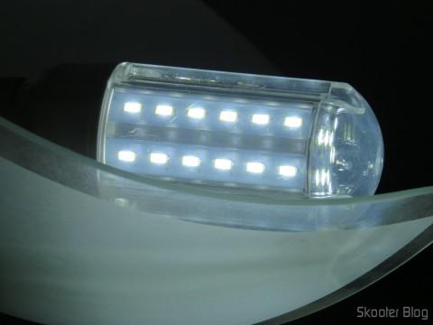 "LED lamp XYT 10W SMD 42 × 5630 White 6500K 1000 Lumens E27 85 ~ 265V AC, funcionando após ""reparo"" with masking tape"