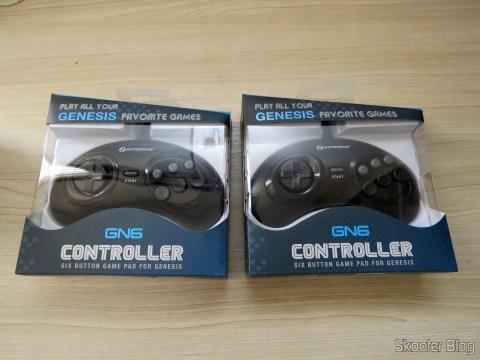 "Os dois Genesis ""GN6"" Controller (Hyperkin), em suas embalagens"