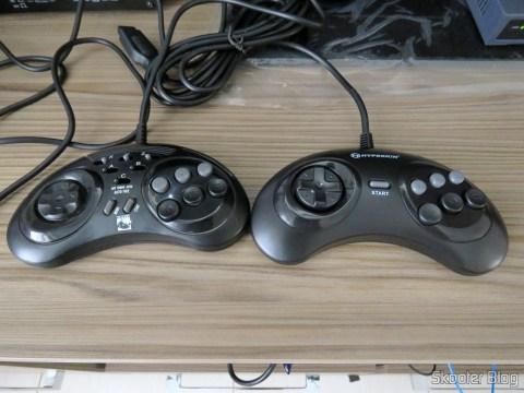 """Genesis """"GN6"""" Controller (Hyperkin) ao lado do ASCII 'Rhino'"""