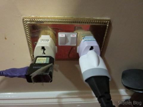 Adaptadores Universais para Tomadas do Reino Unido e Irlanda conectando o carregador do meu celular e a fonte do meu laptop