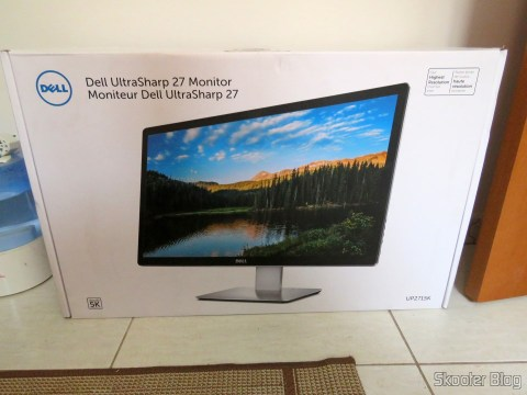 Monitor Dell UltraSharp de 27 inch Ultra HD 5k with PremierColor UP2715K, on its packaging