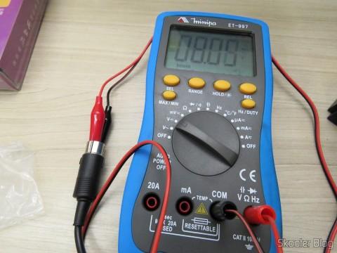 Cabo para Multímetro com Plug Banana e Garra Jacaré no Multímetro Digital Minipa ET-997 com LCD de 3.0″, medindo a tensão em uma fonte de Master System