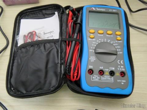 Cabo para Multímetro com Plug Banana e Garra Jacaré guardado na bolsa do Multímetro Digital Minipa ET-997 com LCD de 3.0″