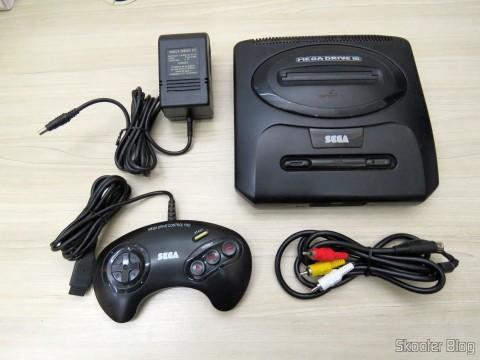 Mega Drive III da Tec Toy, com sua fonte de alimentação, joystick original e cabo A/V adquirido à parte