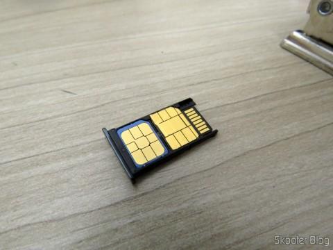 Meu Vivo Chip já cortado para Nano SIM e encaixado na gaveta do Motorola Moto X Play