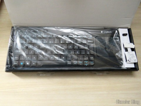 Unpacking the Wireless Keyboard Mouse With Logitech Touch K400R