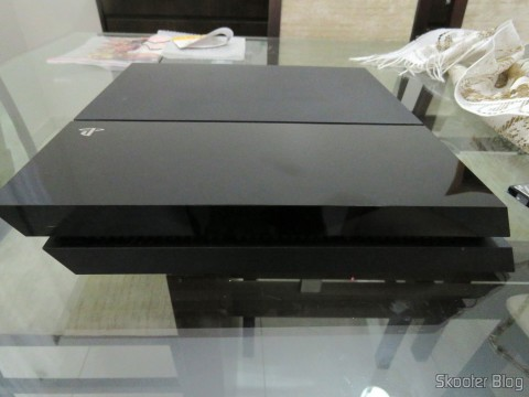 Opening the Playstation 4 to install the HD Samsung Spinpoint ST2000LM003 2 TB