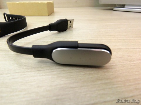 Smart bracelet Xiaomi Mi Band 1S in the USB adapter to recharge