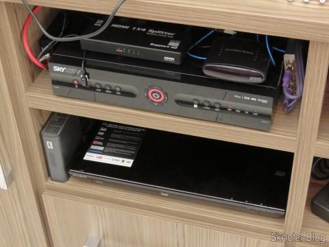 O decodificador Sky HTDV SHR23 é grande e precisou de seu próprio nicho, Blu-ray Player e WDTV Live foram deslocados para o nicho de baixo