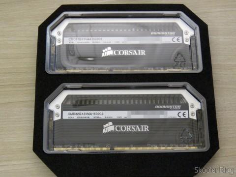 Kit Corsair Dominator Platinum 32GB (4x8GB) DDR3 1600 MHz (PC3 12800) Desktop Memory (CMD32GX3M4A1600C9) em sua embalagem